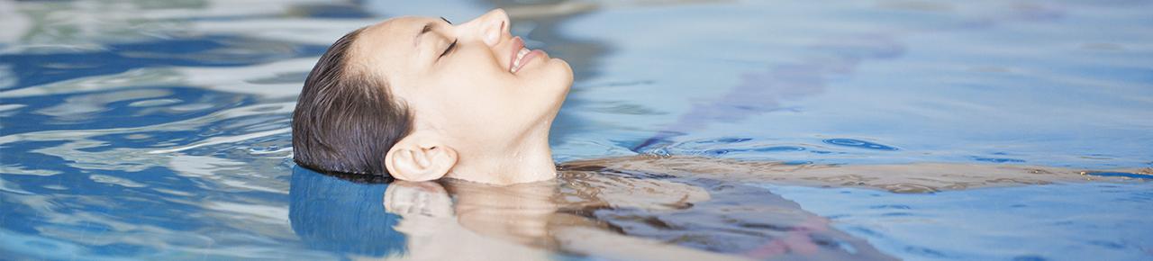 bandeau représentant une jeune femme se détendant dans une piscine