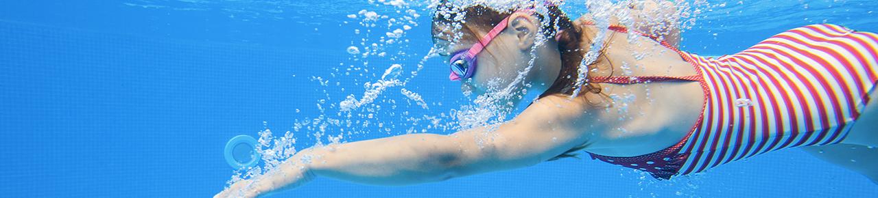bandeau représentant une jeune fille nageant dans une piscine