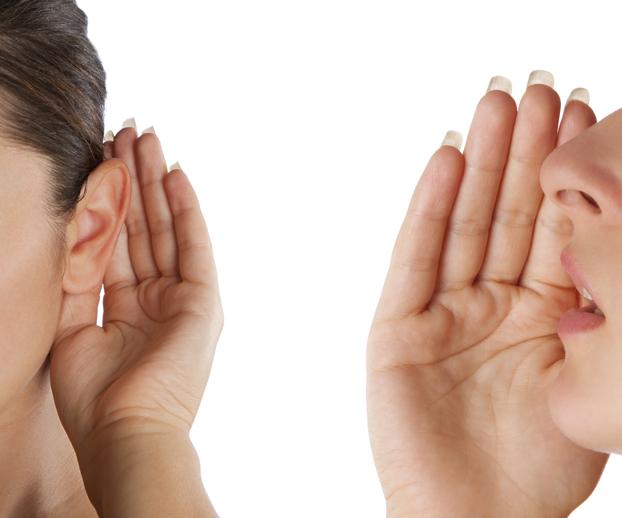 photo d'une femme chuchotant à l'oreille d'une autre pour illustrer le principe du bouche à oreille