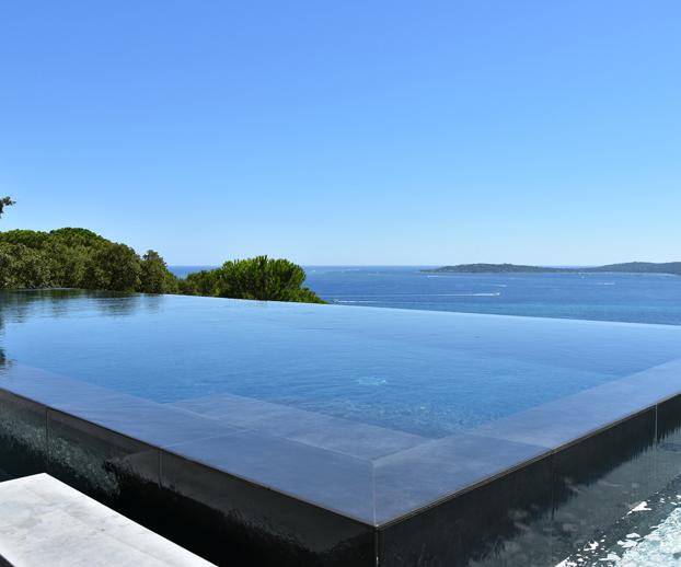 piscine en parios de verre avec un revêtement en carrelage