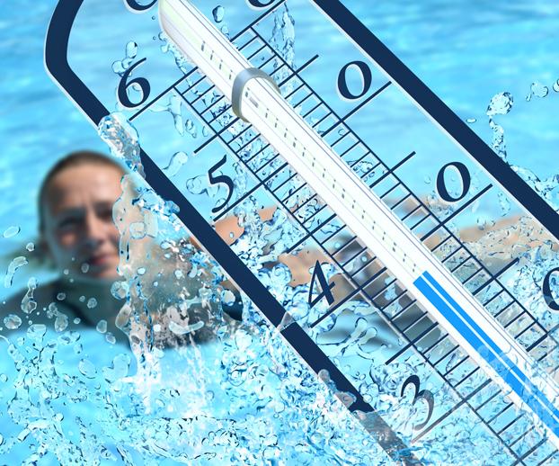 Montage photo montrant une femme se baignant dans une piscine en fond et un thermomètre en premier plan - le tout illustre la notion de chauffage de piscine