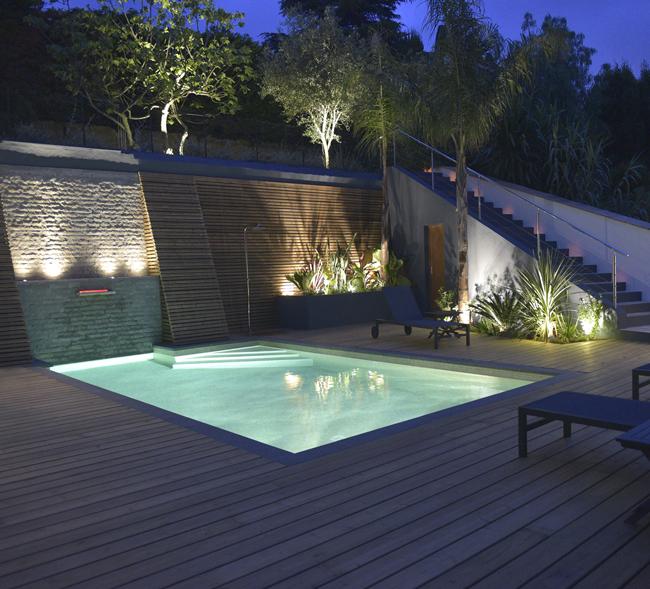 Jardin et piscine magnifiquement éclairés par un système d'éclairage disposés aux 4 coins des espaces