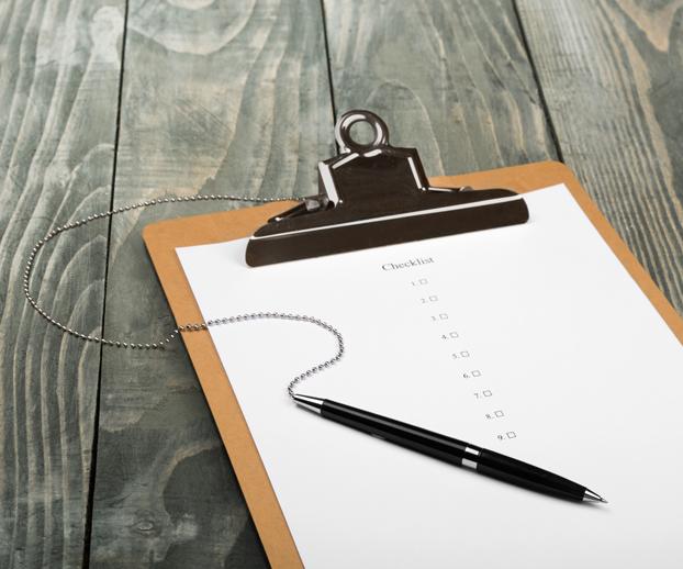 tablette avec une check list illustrant les critères à prendre en compte pour choisir son professionnel