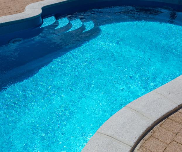 piscine avec des margelles