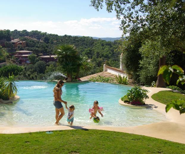 piscine avec une plage en pente pour une entrée en douceur dans l'eau