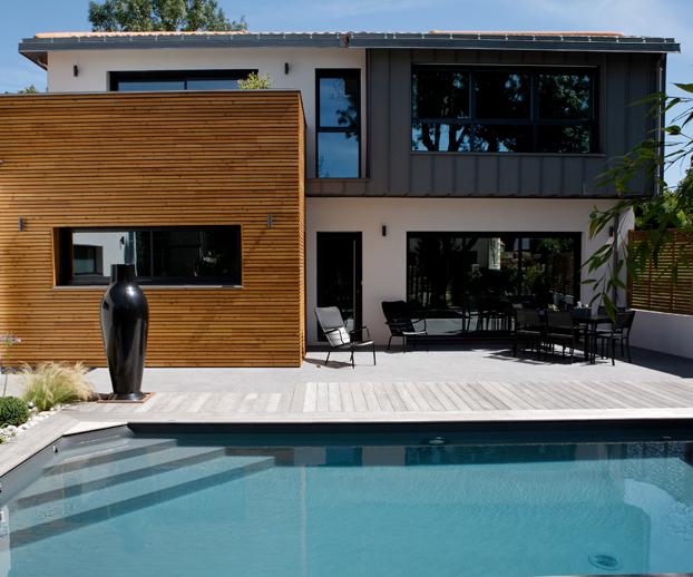 Maison moderne avec piscine comportant une plage en bois