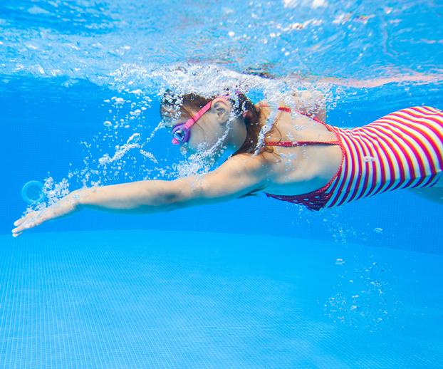 Jeune fille pratiquant la natation dans une piscine