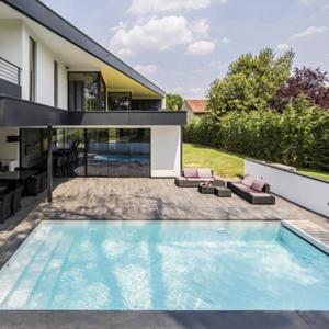 Retrouver les piscines lauréates de la catégorie piscine citadine inférieur à 30m² de forme angulaire des Trophées de la Piscine et du Spa