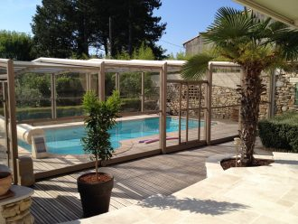 Les abris de piscines : succès d'un équipement de plus en plus tendance pour profiter de sa piscine tout le temps !