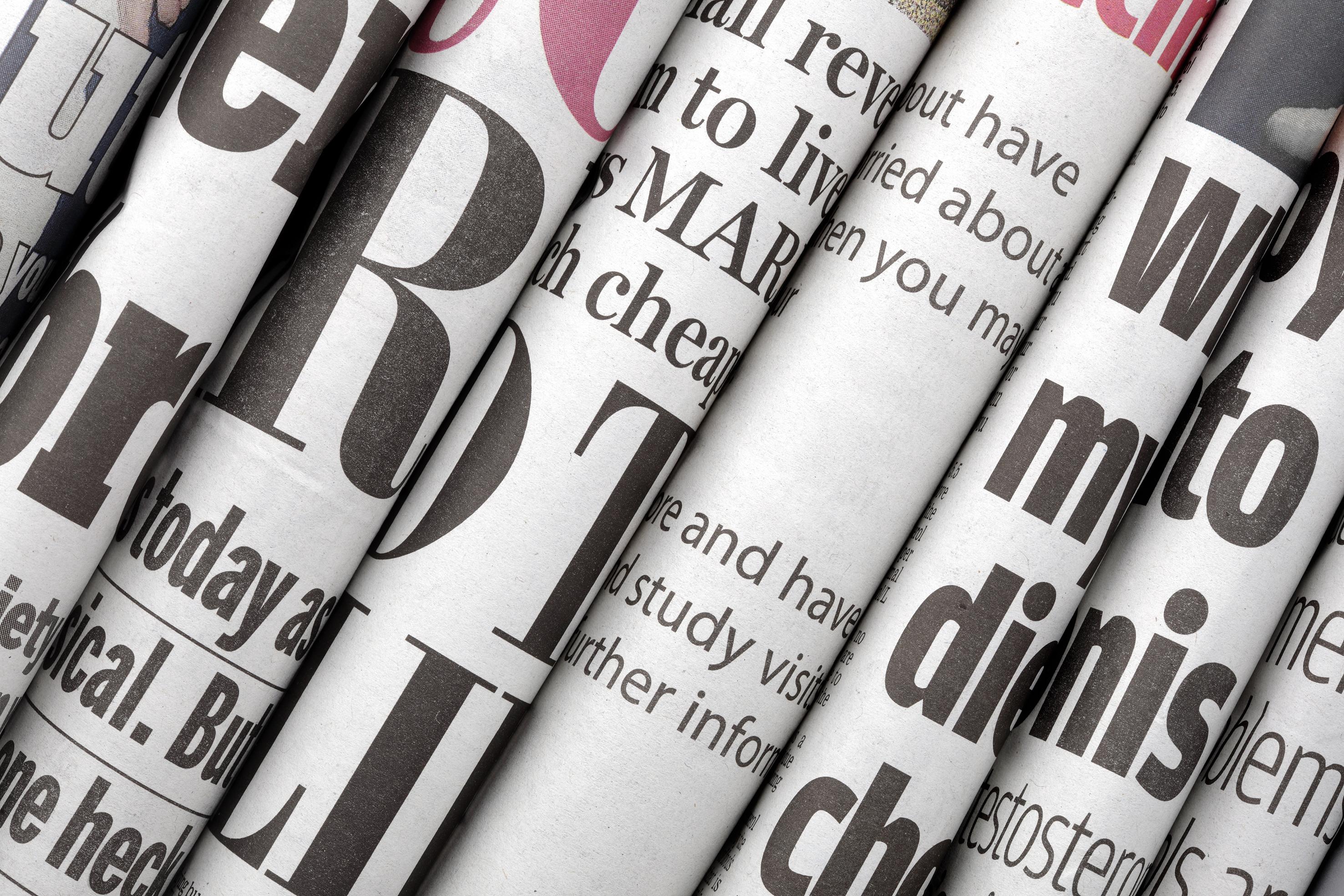 Photo en noir et blanc de journaux roulés représentant la presse Propiscines