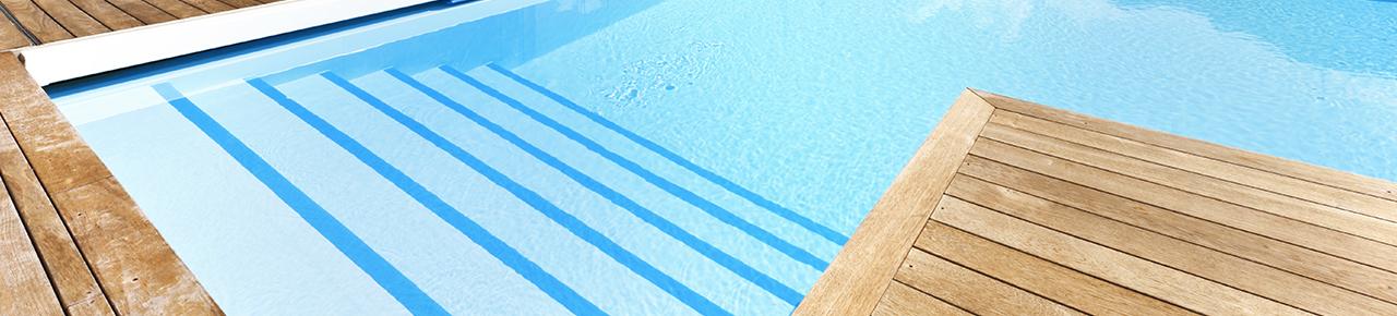 Visuel présentant l'accès à un bassin et symbolisant le confort lié à l'utilisation pour une piscine