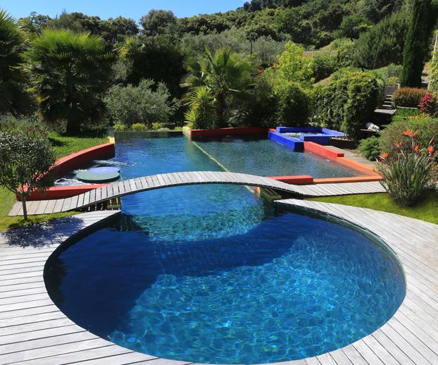 Piscine primée aux Trophées de la piscine 2014 avec une forme originale d'abord un cercle puis couloir de nage
