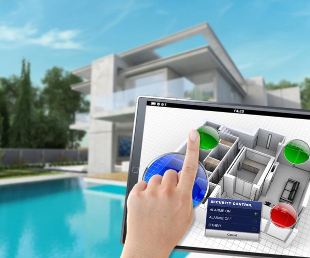 main sur une tablette manipulant l'application pour smartphone avec en fond une piscine