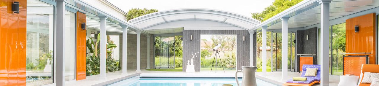 abri haut sur une piscine créant un véritable espace de vie avec la piscine