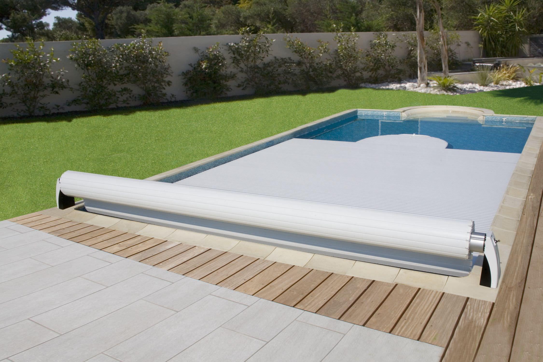 image d'une piscine à moitié recouverte
