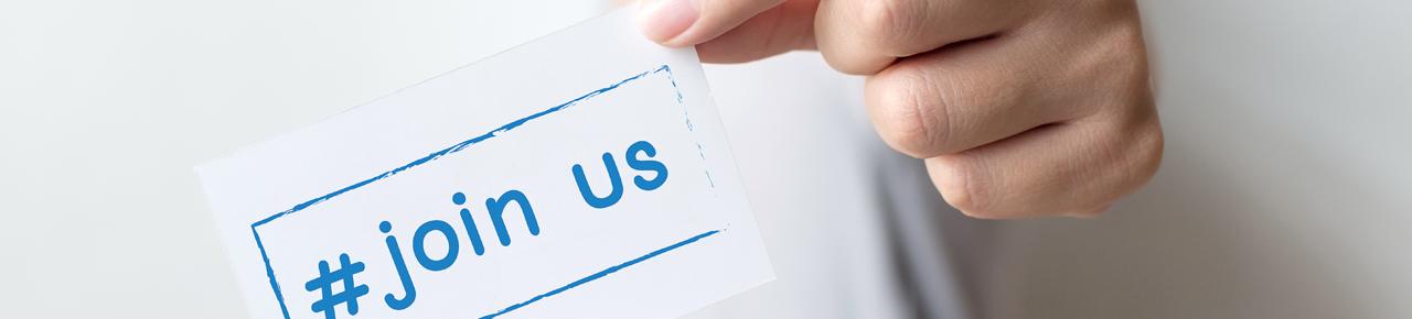 """visuel présentant une main tenant un petit papier indiquant """"join us"""" pour signifier le regroupement"""