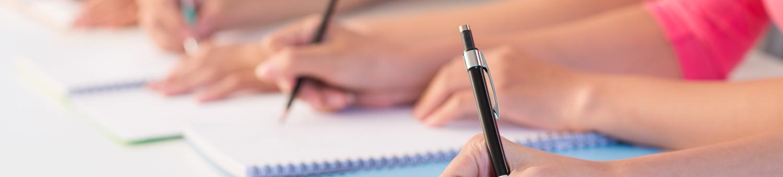 image mains avec crayons représentant la  formation continue propiscines