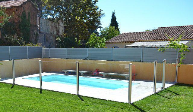 Photo d'une piscine avec barrières