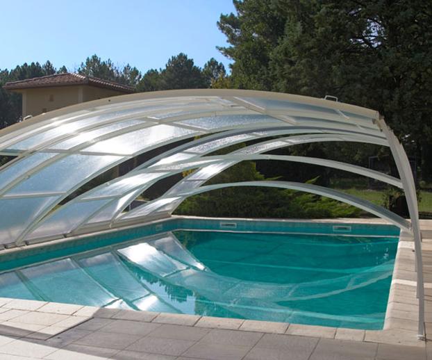 Abri amovible sur une piscine