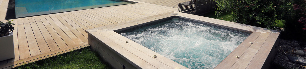 magnifique spa installé en extérieur à proximité d'une piscine dans un magnifique jardin de caractère et servant d'illustration à la partie sur l'installation d'un spa