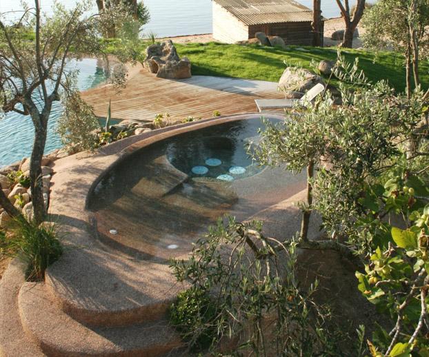Magnifique spa installé avec en fond le bord de mer corse
