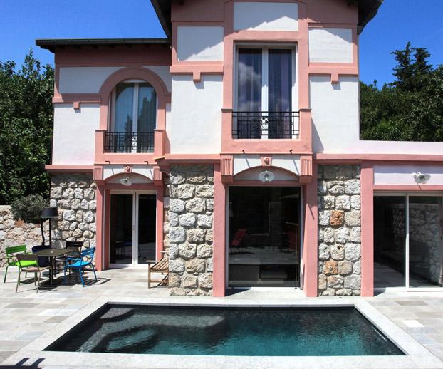 Spa devan,t une magnifique maison à la façade rose
