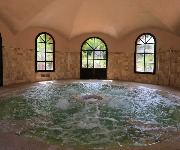 spa enterré installé à l'intérieur dans une large pièce dédiée