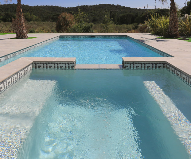 spa devant une piscine dans un jardin magnifique