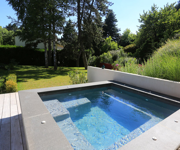 spa extérieur installé dans un magnifique jardin fleuri