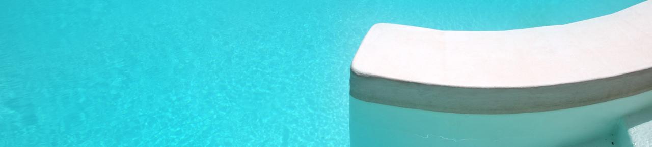 Entrée de piscine avec un escalier illustrant les équipements à ajouter à sa piscine pour rendre son utilisation et son entretien plus facile