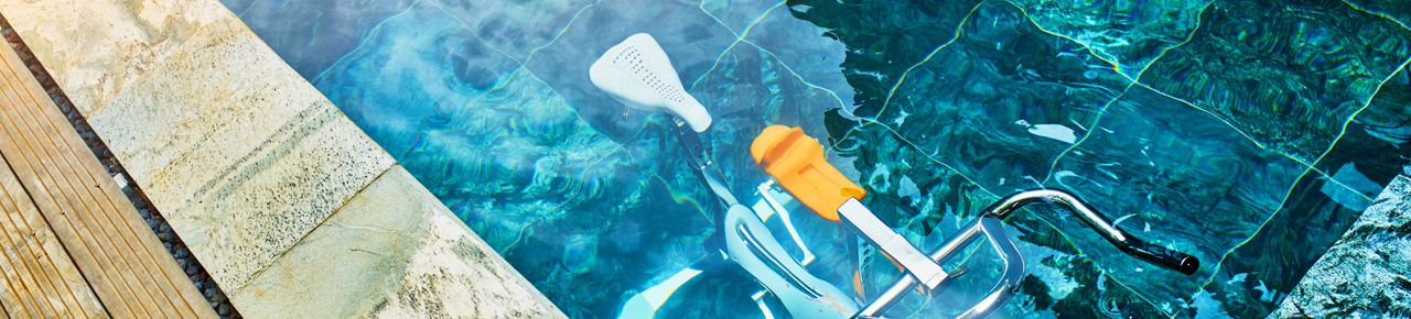 Vélo de piscine illustrant la possibilité de faire du sport dans sa piscine