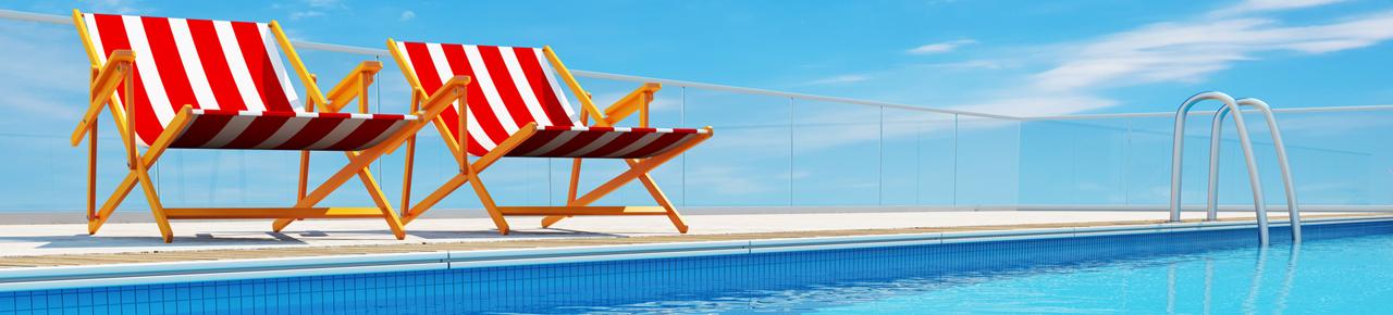 deux chaises longues sur une plage de piscine illustrant les différents usages possibles pour une piscine