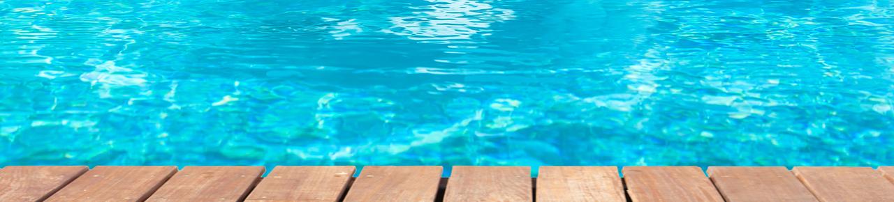 piscine avec une plage en bois illustrant les différents choix en matière de piscine