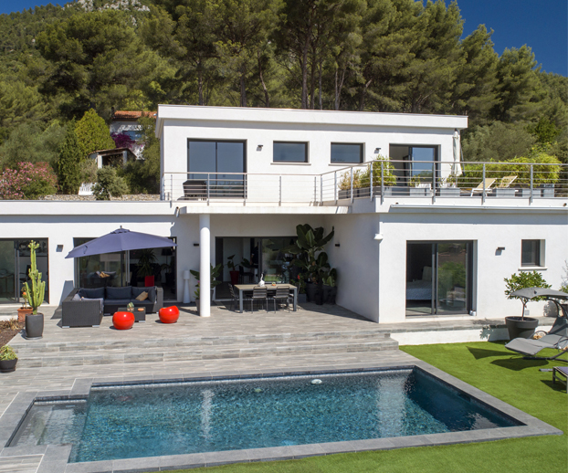 Maison avec une piscine et jardin parfaitement intégrés les uns aux autres et servant d'illustration à la piscine comme espace à vivre