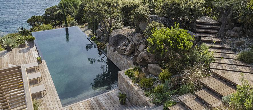 Photo d'une piscine dans la nature par Propiscines