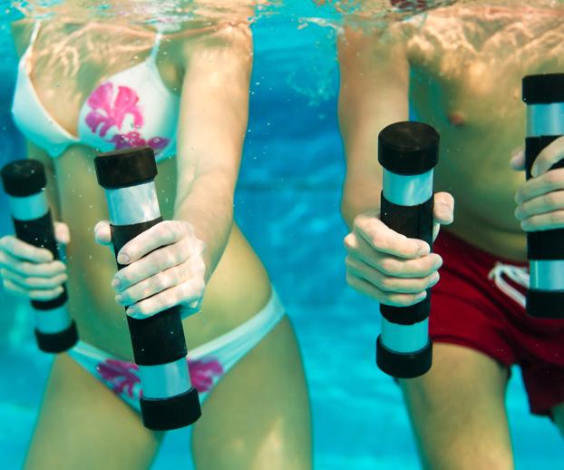 homme et femme faisant de l'aquagym dans une piscine