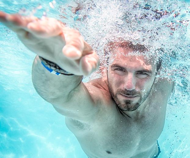 homme nageant dans une piscine