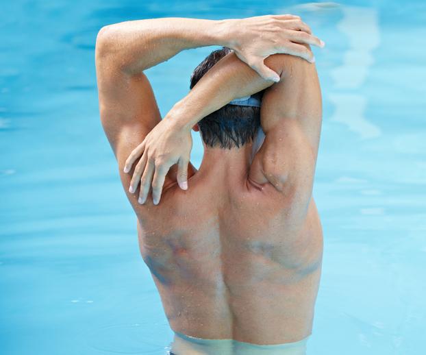 homme se détendant les muscles dans une piscine