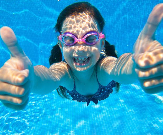 enfant dans une piscine représentant les bienfaits de l'eau