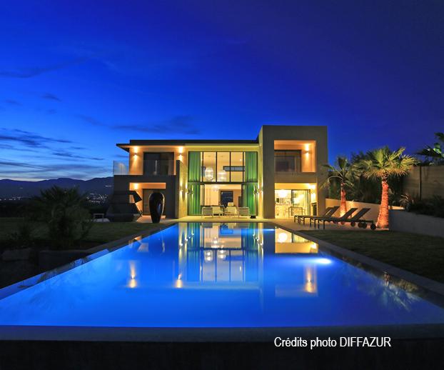 piscine et maison d'architecte illuminés la nuit