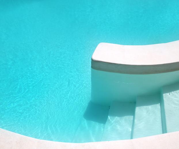 Escalier d'une piscine illustrant les équipements pour faciliter l'entretien et l'utilisation de la piscine