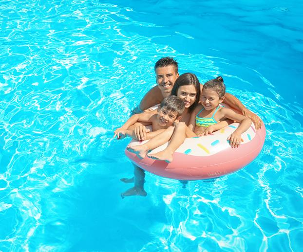 photo d'une famille heureuse dans une piscine