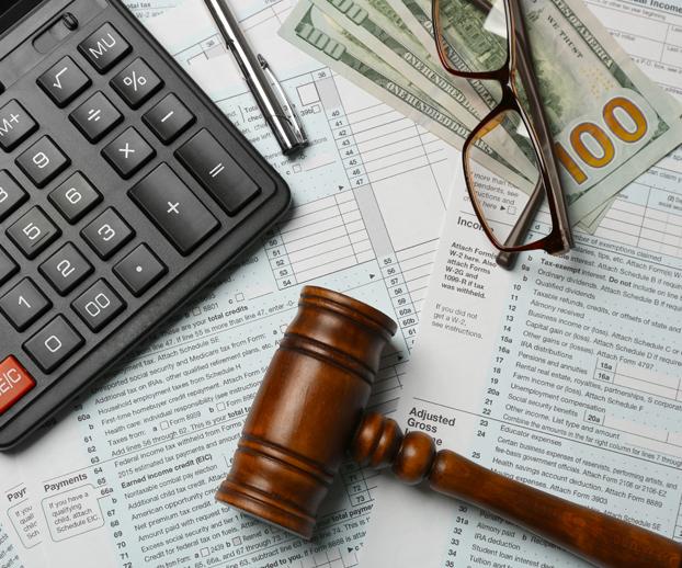 papiers administratifs avec une declaration des lunettes et un marteau symbolisant la justice