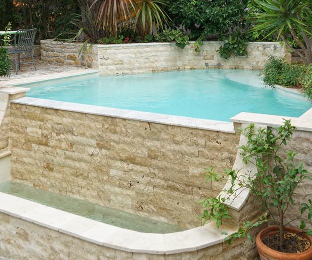 piscine avec la nage à contre courant