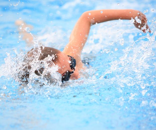 Nageur nageant le crawl dans une piscine