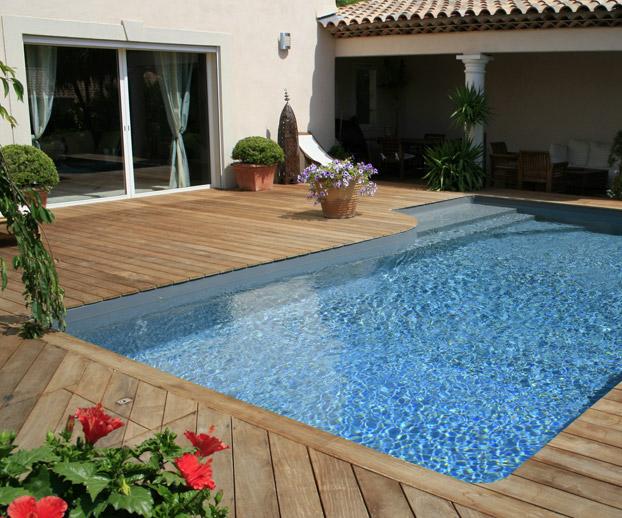 piscine avec plage en bois donnant sur une magnifique terrasse