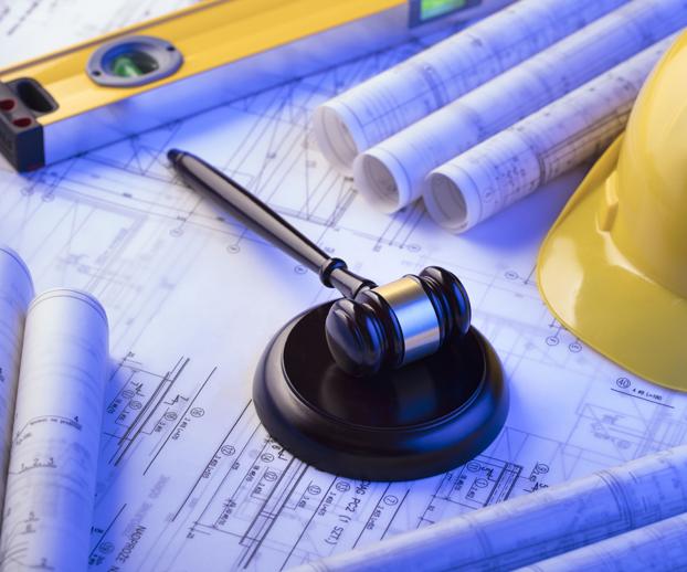 papier d'assurance et marteau représentant la justice