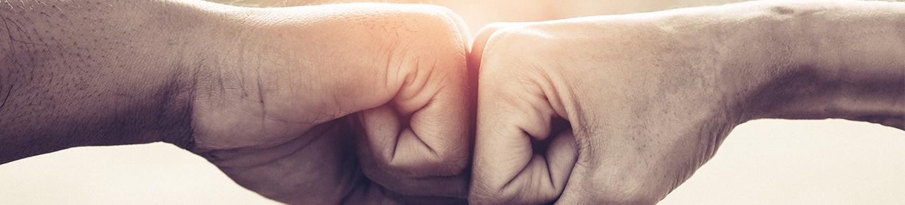 deux mains qui se rencontrent symbolisant l'entente et la confiance pour le label entre le client et son pisciniste