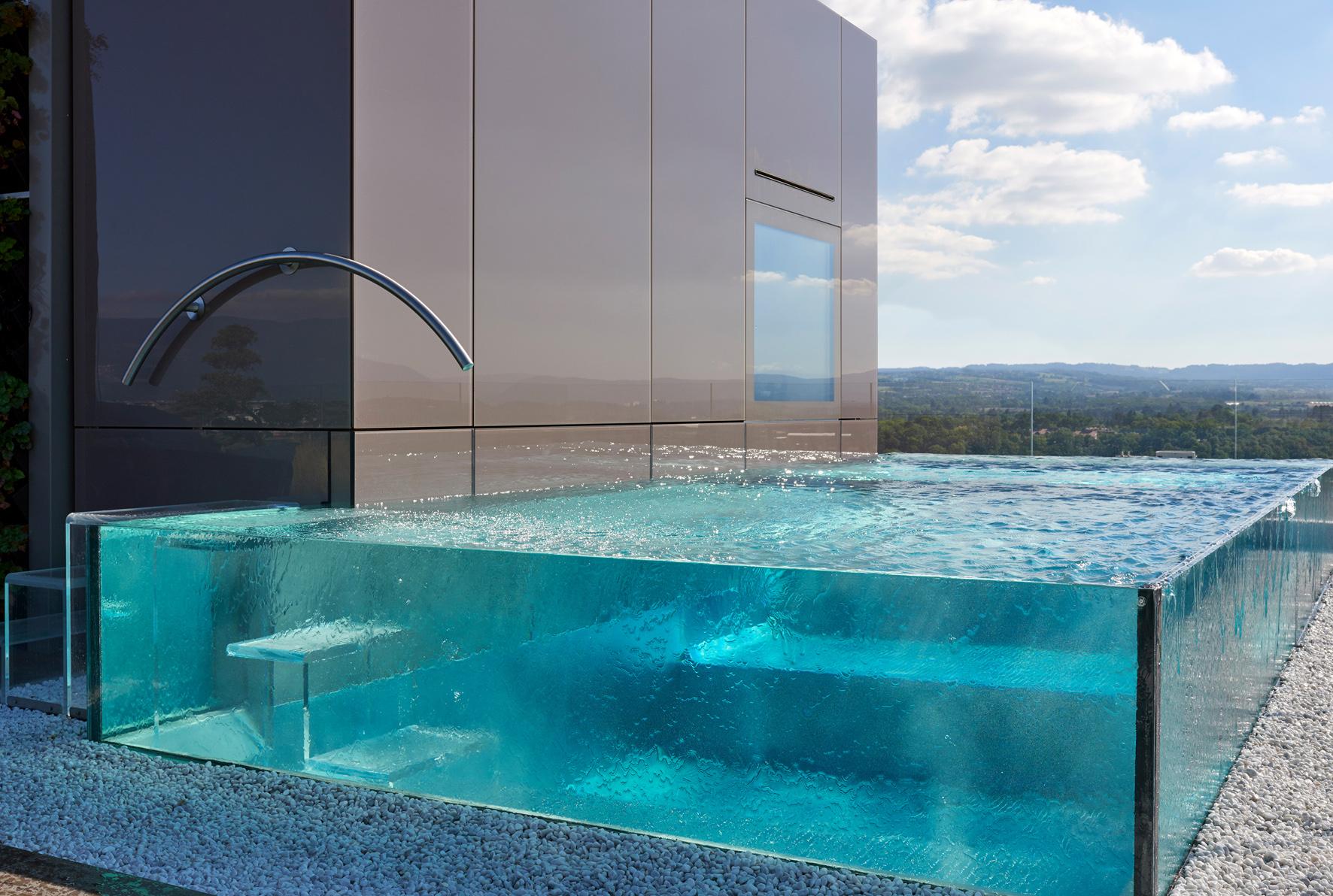 Piscine miroir en verre installée en Suisse lauréate des Trophées de la piscine 2018 catégorie piiscine installée à l'étranger