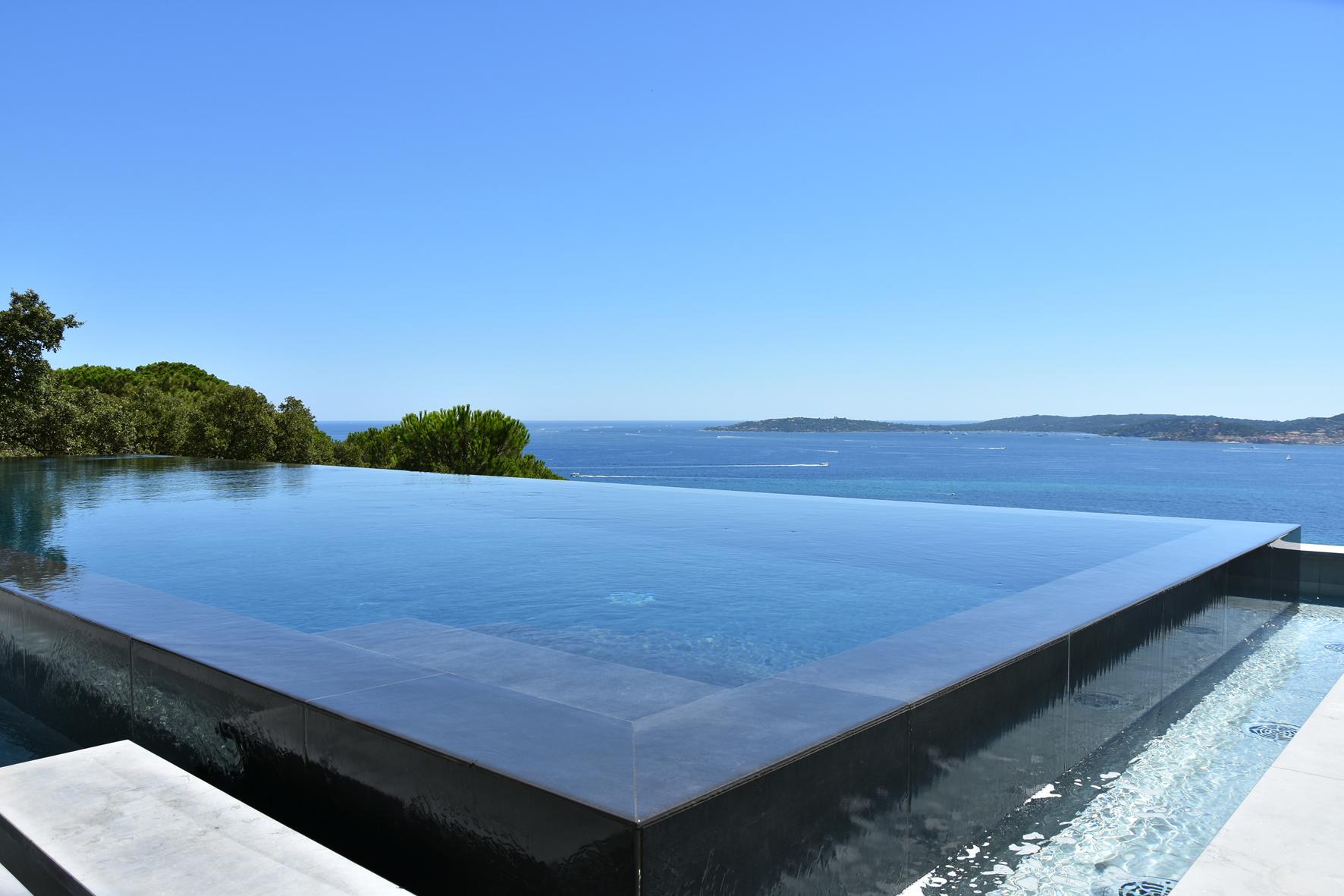 Piscine miroir avec vue sur mer lauréate des Trophées de la piscine 2018 catégorie piscine d'exception